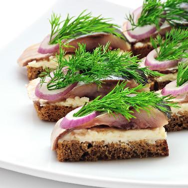Haring met aardappelsalade op roggebrood
